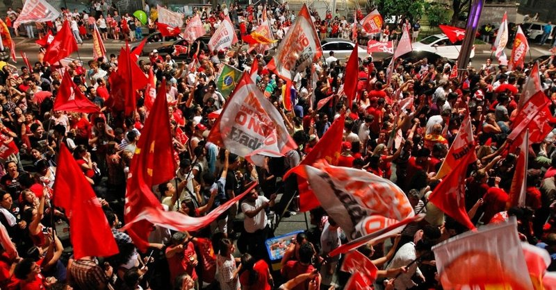 28out2012-militantes-do-pt-e-eleitores-de-fernando-haddad-pt-eleito-prefeito-de-sao-paulo-neste-domingo-comemoram-vitoria-na-avenida-paulista-na-zona-central-de-sao-paulo-haddad-e-1351471098873_956x