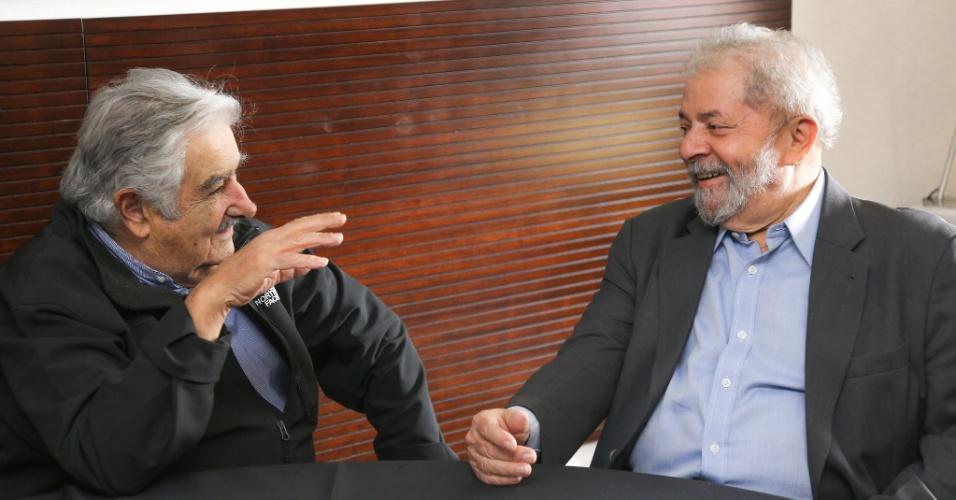 28abr2016-o-ex-presidente-luiz-inacio-lula-da-silva-recebe-o-ex-presidente-uruguaio-jose-mujica-em-brasilia-1461871207604_956x500