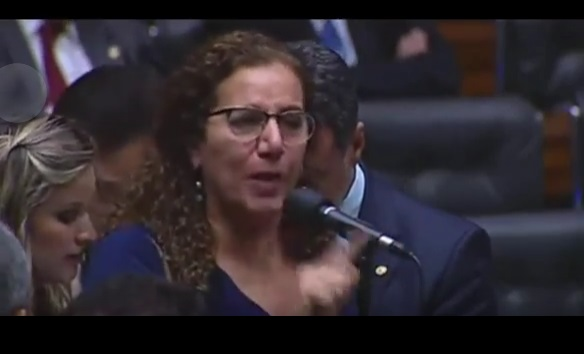 Brasília (DF), 17/04/2016. Deputado Jean Wyllys (PSOL-RJ) cuspiu em direvßv£o ao deputado Jair Bolsonaro (PSC-RJ) apv=s ter votado contra a abertura do processo de impeachment. (Foto: Diego Vara / AGÊNCIA RBS / AG. O GLOBO) **RS E SC OUT** **SOMENTE USO EDITORIAL**