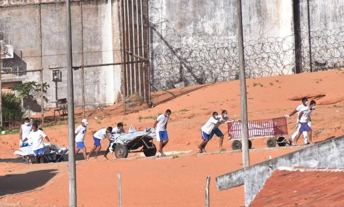 detentos-levando-corpos-em-presidio