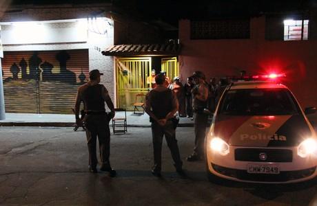 SP - VIOLÊNCIA/SP - CIDADES - Um policial militar foi baleado na Rua Etelvina, na região da Penha,   zona leste da capital paulista, na noite desta quarta-feira (14). O   policial foi socorrido e levado ao Pronto-Socorro do Tatuapé.   14/11/2012 - Foto: EDISON TEMOTEO/ESTADÃO CONTEÚDO